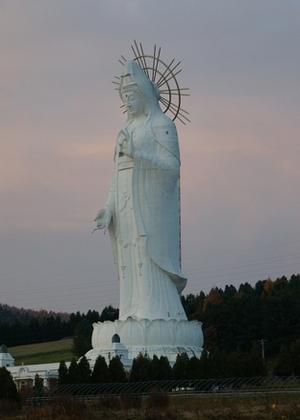 Статуя богини Каннон в Асибецу